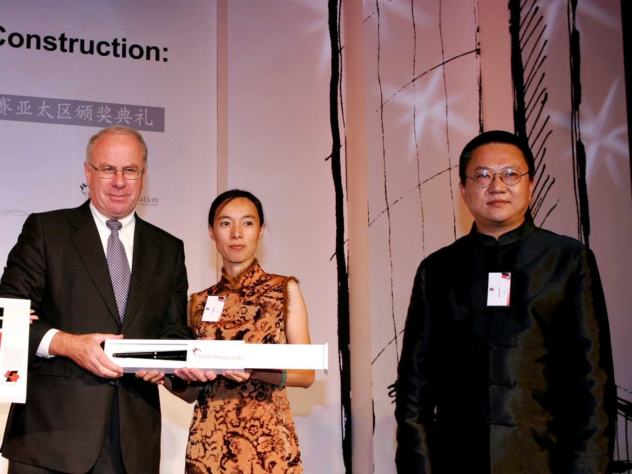 Acknowledgement prize (l-r): presented by P. Hugentobler (Holcim Ltd) to WANG Shu and LU Wenyu