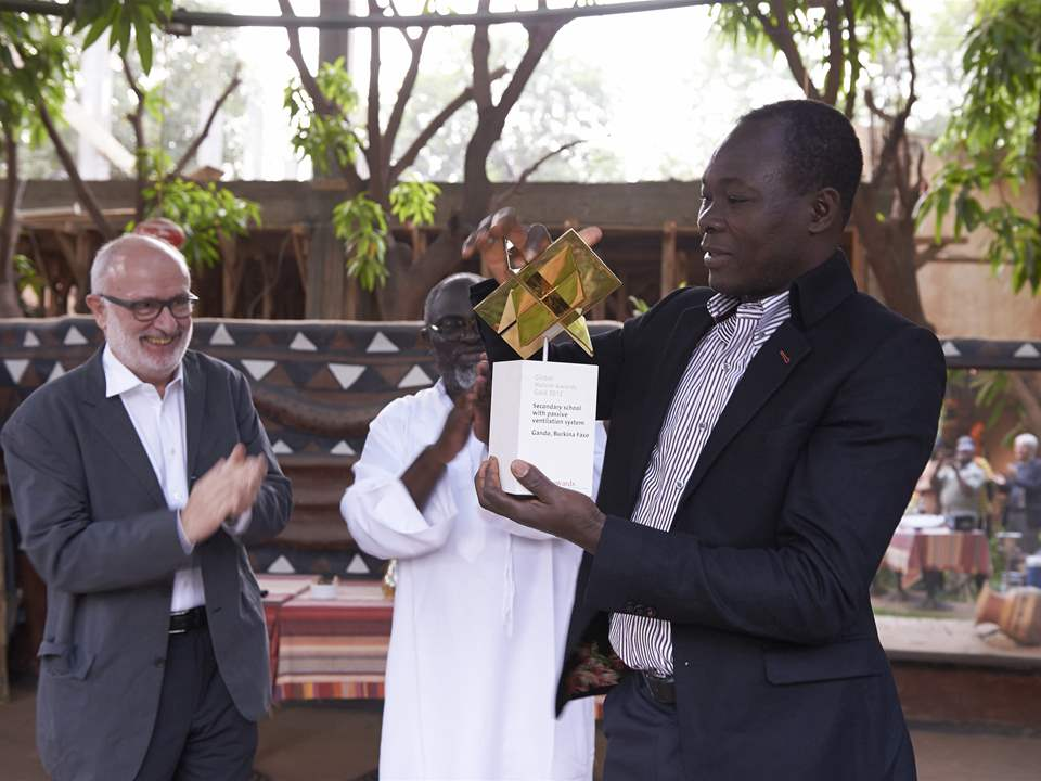Prize-handover (l-r): Rolf Soiron and Joe Osae-Addo applaud Diébédo Francis Kéré at the reception …