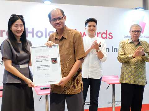 """Global Awards finalist 2018 certificate handover for """"Microlibrary"""" in Indonesia"""
